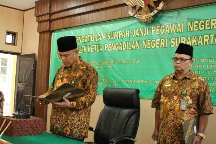 Pengambilan Sumpah dan Janji Pegawai Negeri Sipil ( PNS ) / Calon Hakim Oleh Ketua Pengadilan Negeri Surakarta Kelas IA Khusus